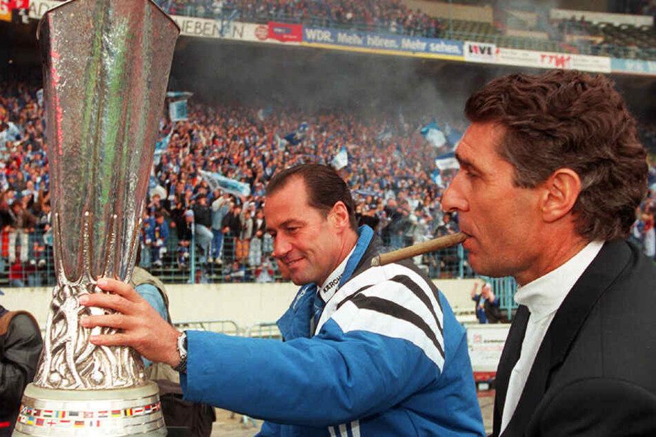 Einer seiner größten Erfolge: Rudi Assauer gewann mit Trainer Huub Stevens und dem FC Schalke 04 1997 den UEFA Cup.