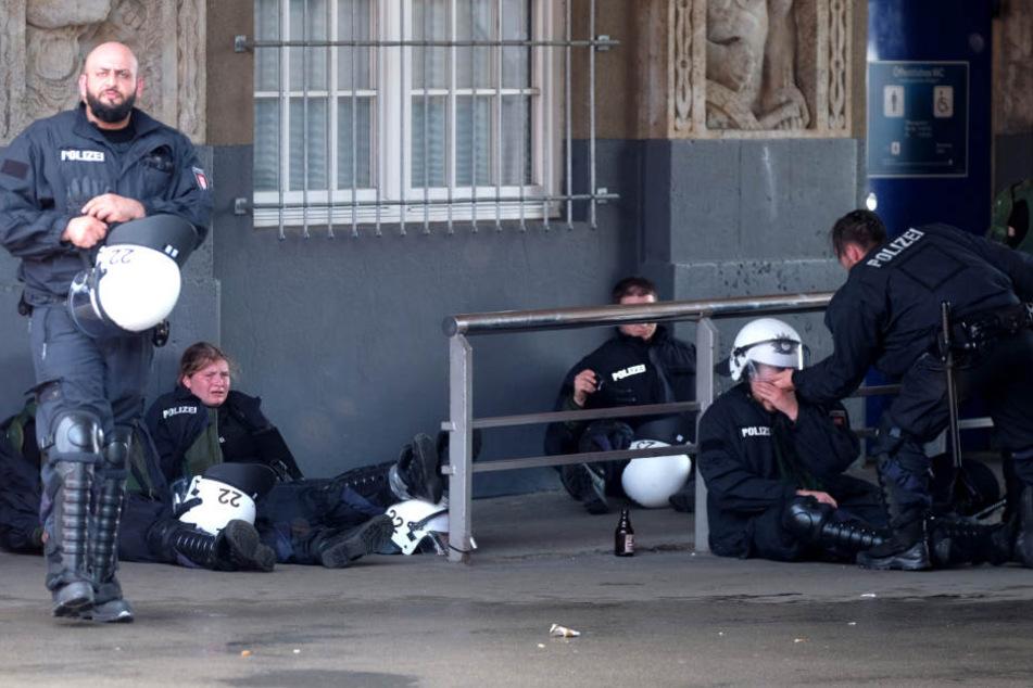 Erschöpft und mit den Kräften am Ende. Die Polizei in Hamburg ist im Dauereinsatz.