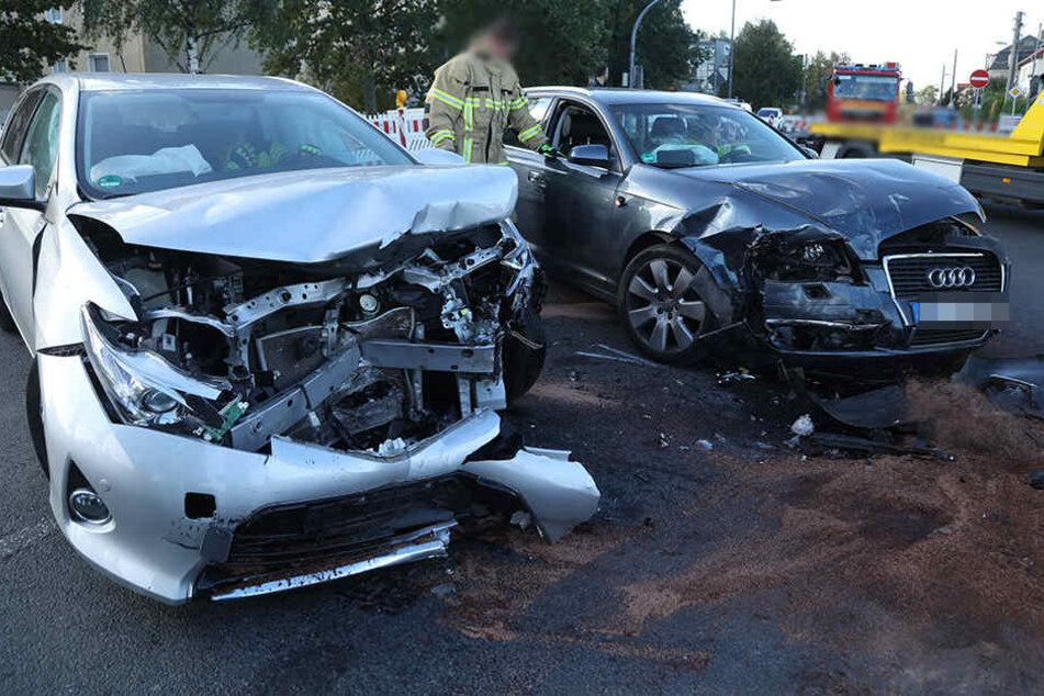 An beiden Autos entstand offenbar Totalschaden.