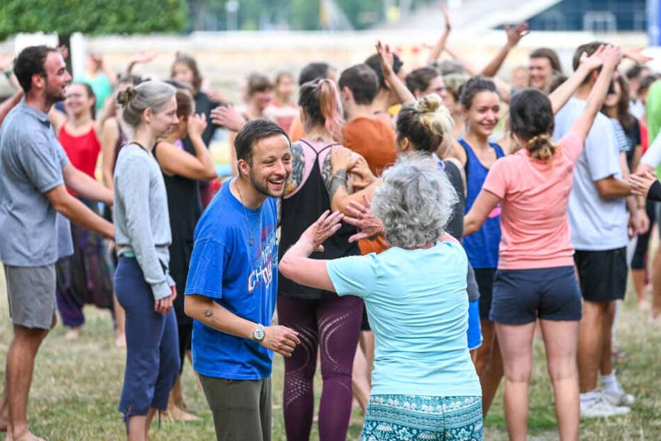 """Bei dieser Übung empfangen sich alle Teilnehmer mit offenen Armen und sagen zueinander: """"Schön, dass Du da bist!"""" (Die ablehnende Körperhaltung der Dame täuscht natürlich)"""