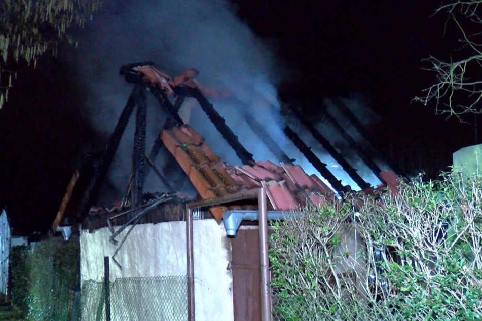 Die rauchenden Trümmer der Gartenhütte.