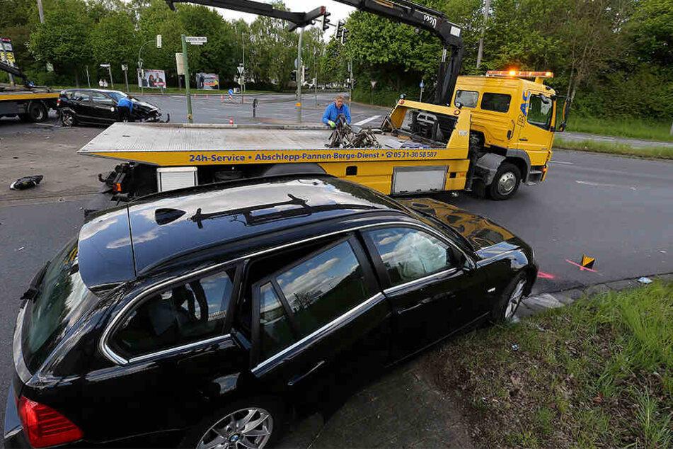 Die beiden beschädigten Autos mussten abgeschleppt werden.