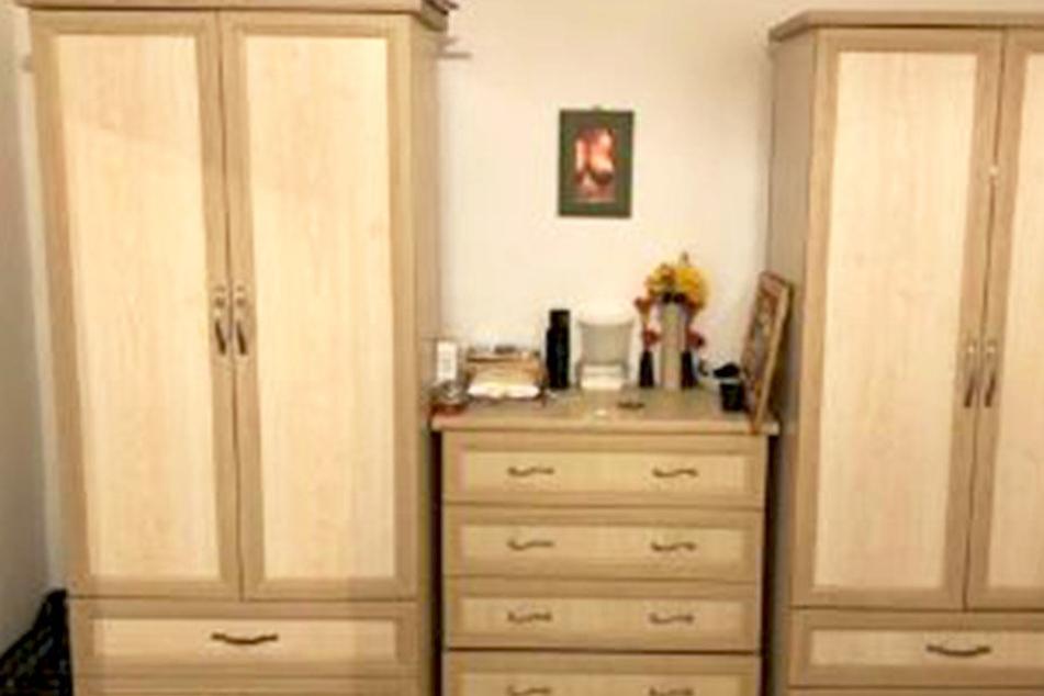 Links ein Schrank, rechts ein Schrank, in der Mitte eine Kommode. Doch witzigerweise ist im Spiegel über den Möbeln die Oberweite einer Frau zu sehen.