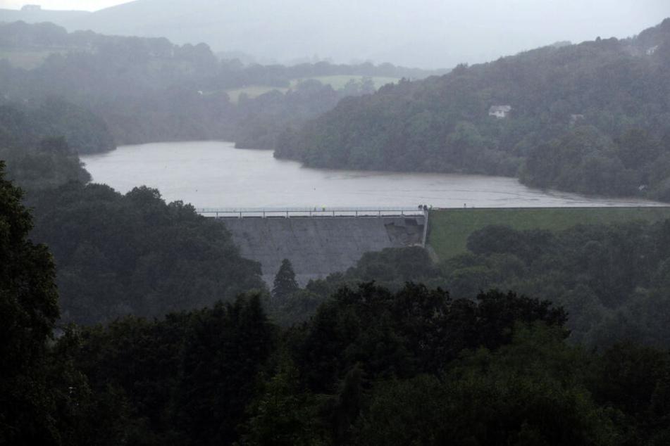 Ein Staudamm am Toddbrook Reservoir nahe Whaley Bridge ist nach heftigen Regenfällen zu sehen.