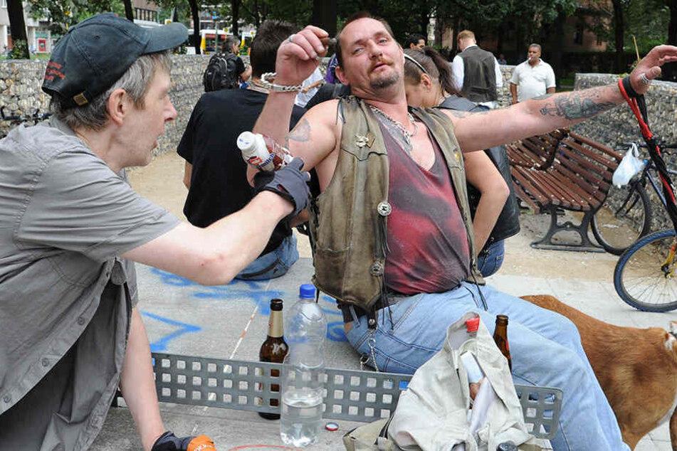 Zwischen Mülleimern und Tischtennisplatte: Auf dem Leopoldplatz in Berlin-Wedding trifft sich die Trinkerszene nur zu gerne. (Symbolbild)