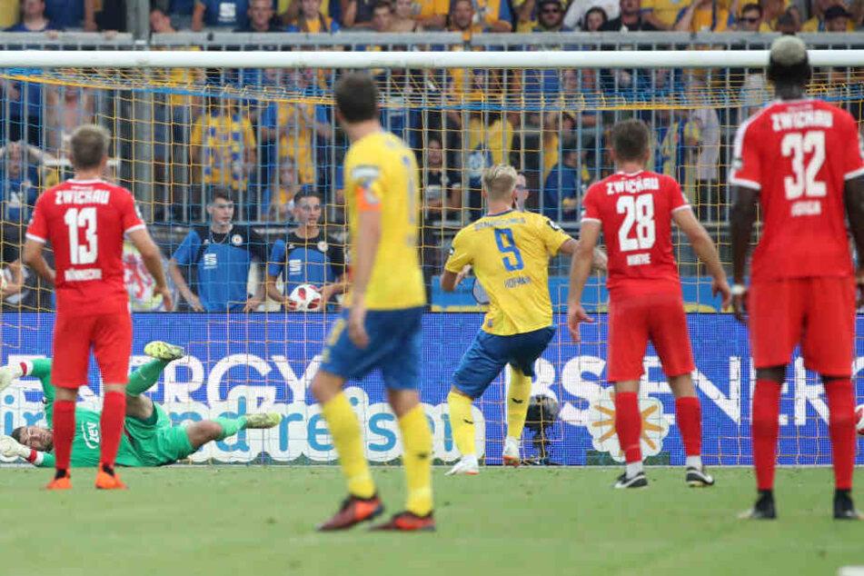 Ein fragwürdiger Elfmeter, aber Braunschweigs Philipp Hofmann nutzt ihn zum 1:1-Ausgleich.