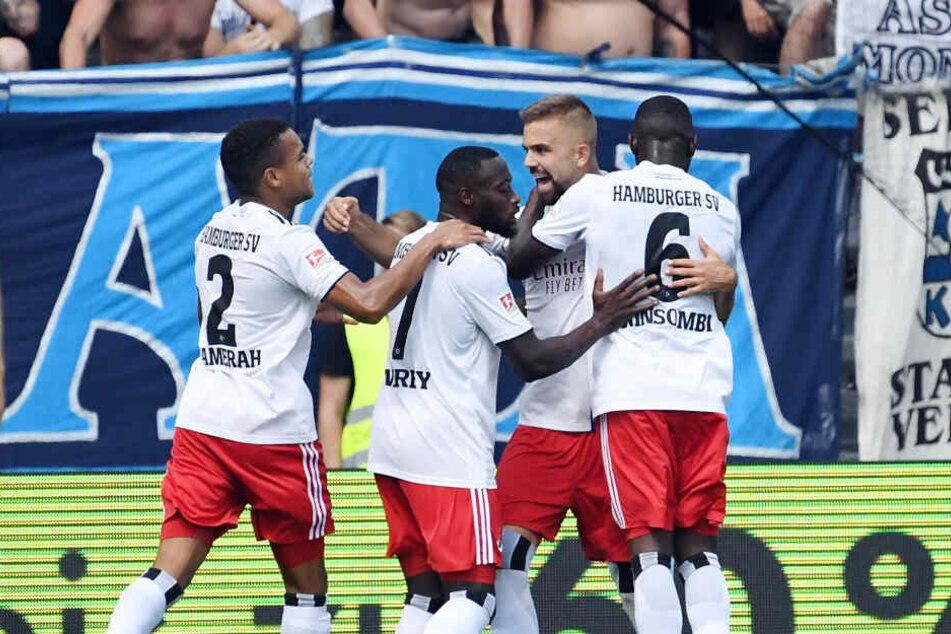 Der HSV jubelt über den Treffer von Lukas Hinterseer (Zweiter von rechts) zum 1:0.