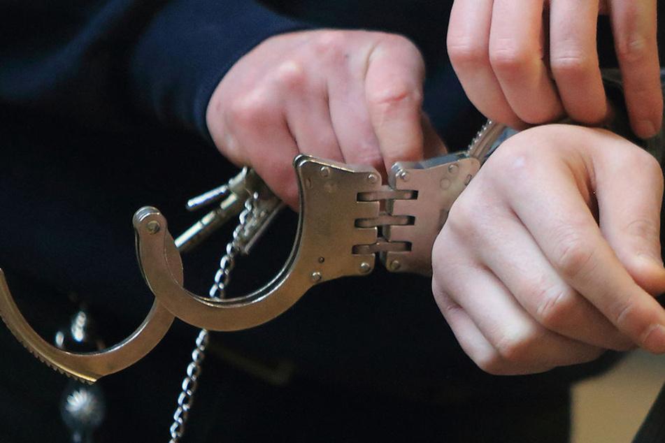 Weil er seine Geldstrafe nicht gezahlt hatte, wurde der junge Mann am Flughafen festgenommen. (Symbolbild)