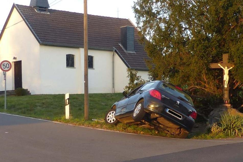 Der junge Unfallfahrer blieb am 12. Oktober unverletzt. Zuvor soll er mehrfach andere Autofahrer gefährdet haben.
