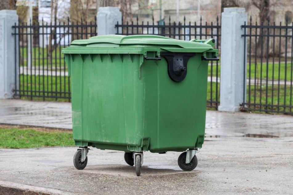 In einem Müllcontainer wurde die Leiche gefunden. (Symbolbild)