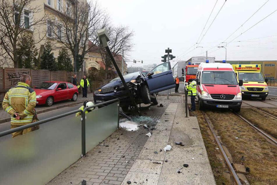 Der VW geriet auf die Absperrung der Haltestelle.