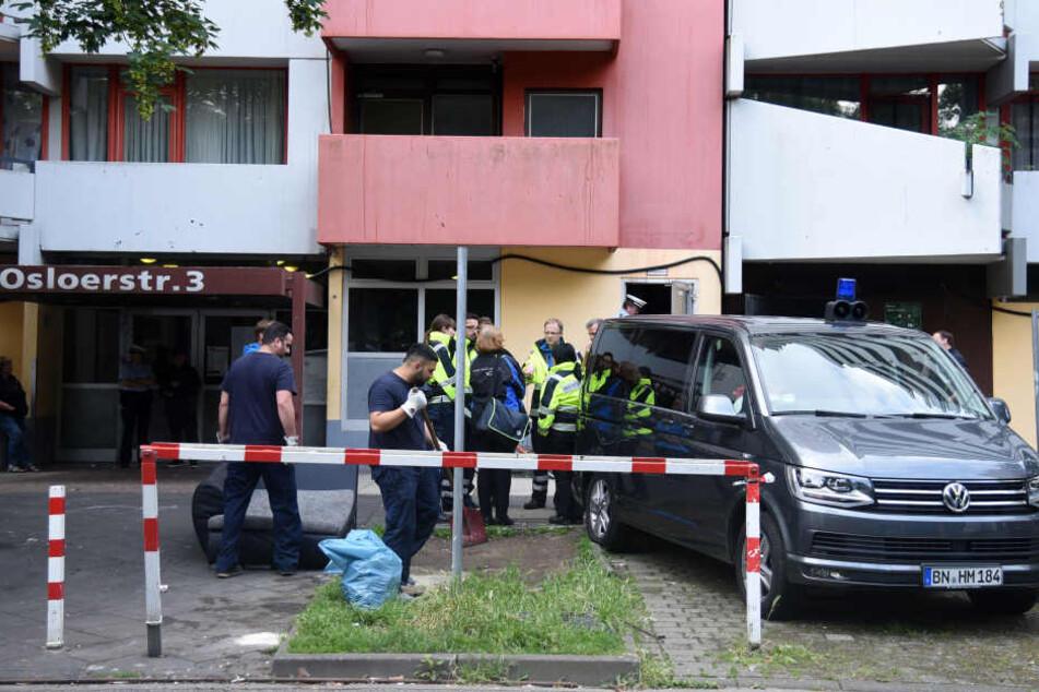 Ermittler durchsuchten am Freitag erneut den Wohnblock in Köln-Chorweiler und weitere Wohnungen.