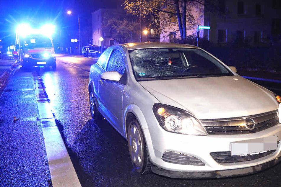 Der Opel steht am Unfallort, im Hintergrund der Rettungswagen.