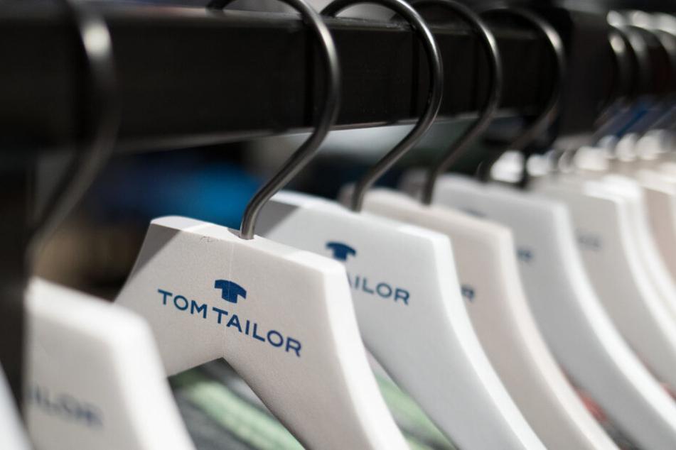 Bügel von Tom Tailor hängen an einer Kleiderstange.