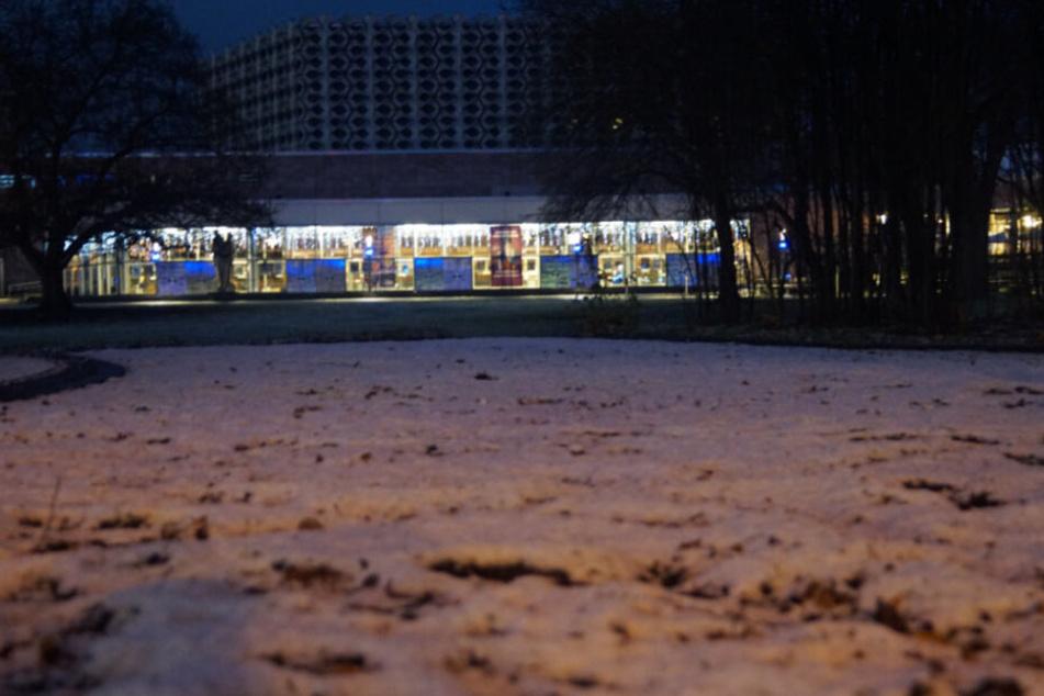 Im Stadthallenpark blieb der Schnee auf den Beeten liegen.