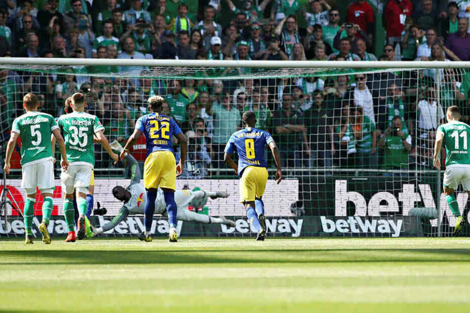 In der 35. Minute traf Milot Rashica (r.) per Elfmeter zum 1:0 für Bremen. Es war der erste Torschuss im gesamten Spiel.