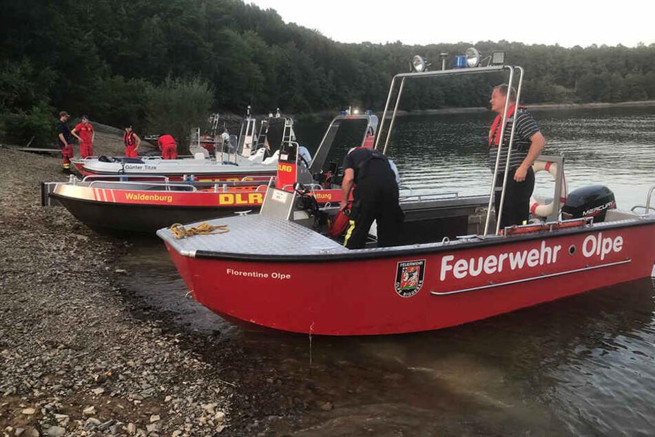 Rettungskräfte suchen mit Booten den Biggesee ab - bislang vergebens.