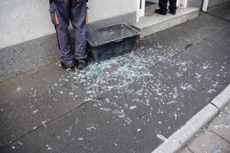 Splitter einer zerborstenen Glasscheibe liegen vor einer Bankfiliale, in welcher am frühen Morgen ein Geldautomat gesprengt wurde.
