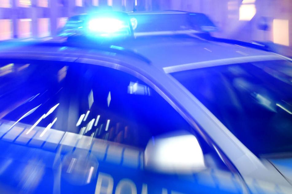 Die Polizei fahndet nach den Tätern und dem gestohlenen Auto.
