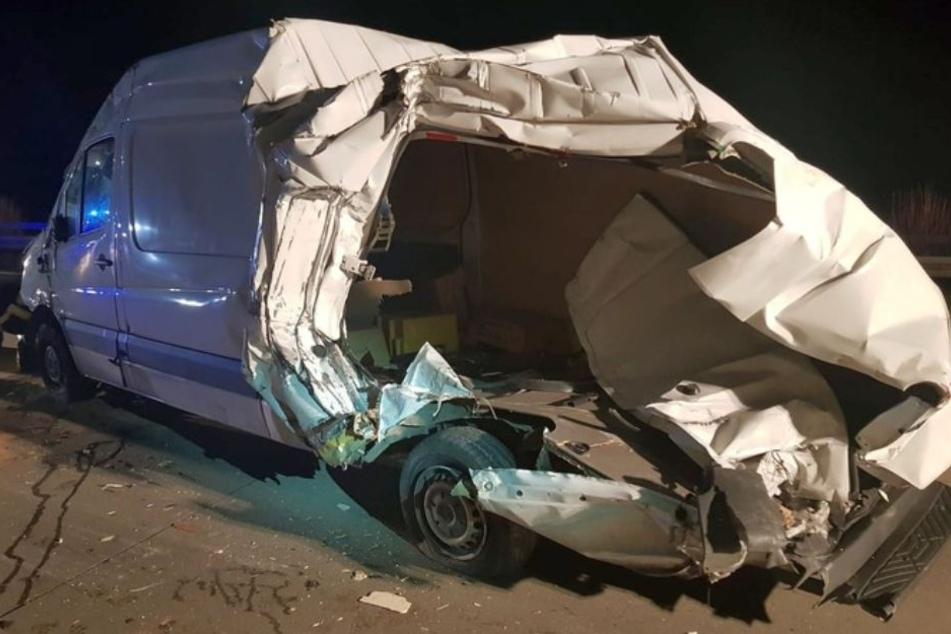Unfall auf der A9: Kleintransporter wird fast komplett aufgeschlitzt