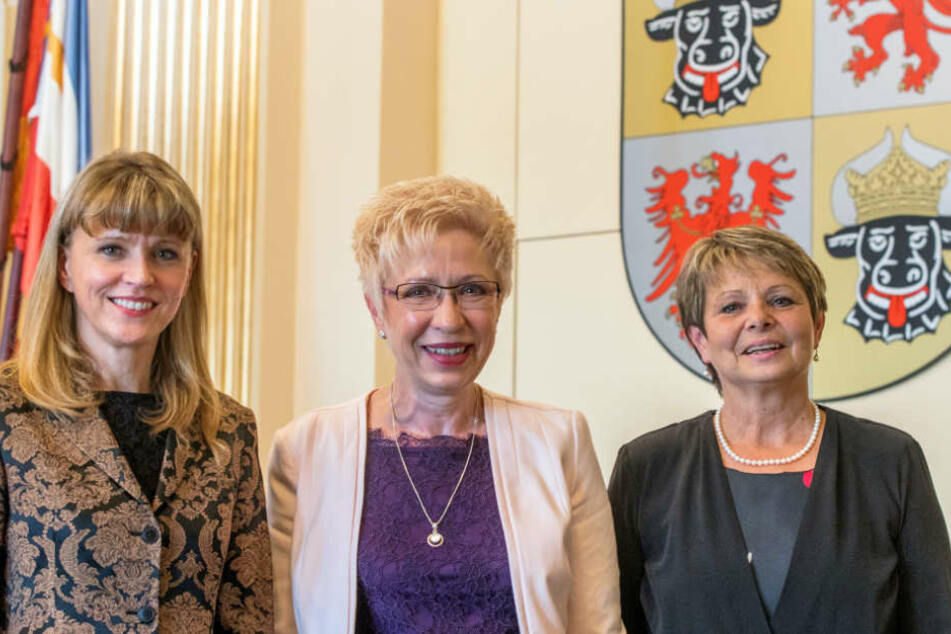 Mignon Schwenke (rechts) ist im Landtag von Mecklenburg-Vorpommern zusammen mit Beate Schlupp (CDU, links) Stellvertreterin der Landtagspräsidentin Sylvia Bretschneider (SPD, Mitte) (Archivbild).