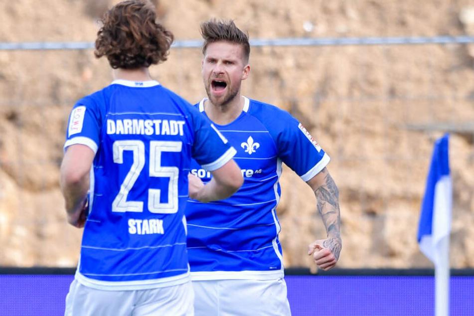 Ex-Dynamo Tobias Kempe (hinten) feiert mit Yannick Stark seinen verwandelten Elfmeter zum 1:0 für die Lilien.
