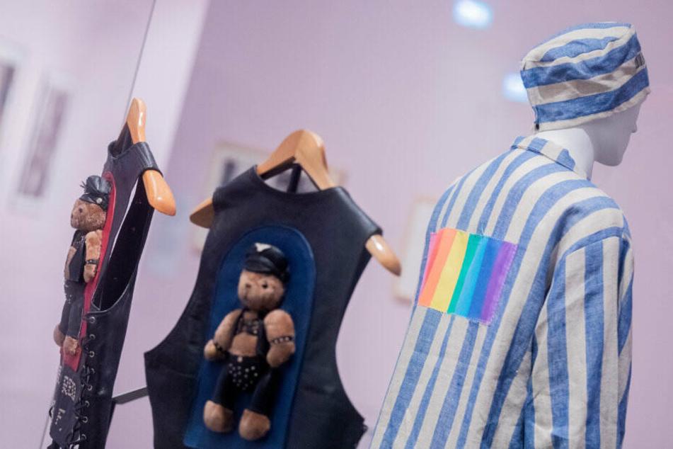 Ein verstörendes Kostüm, das an die Kluft von KZ-Insassen erinnert.