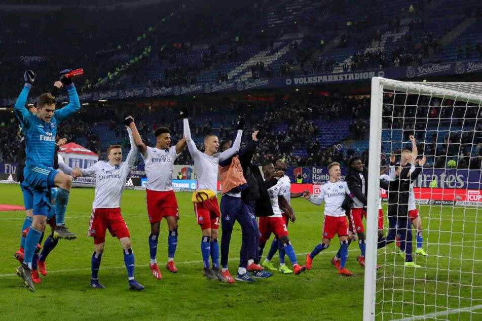 Nach der Partie feierte die Mannschaft vor der Fankurve.