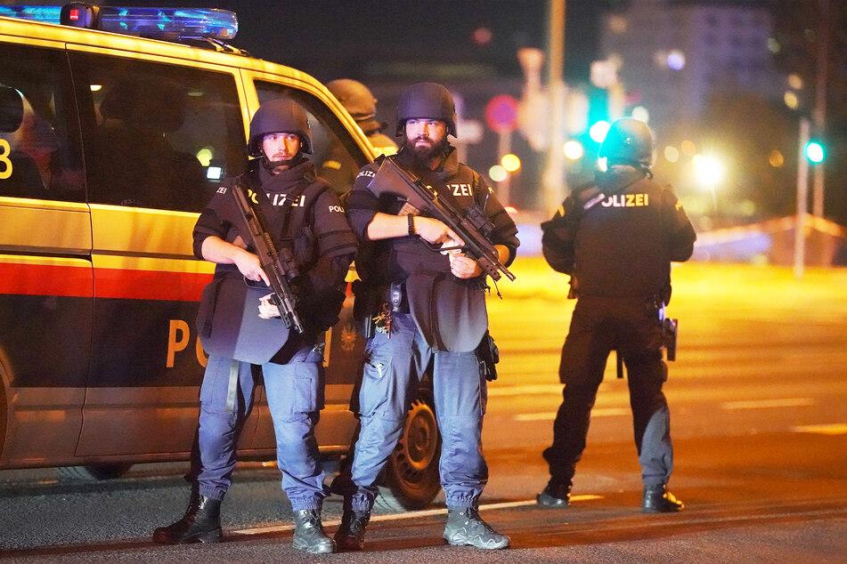 Polizisten einer österreichischen Spezialeinheit stehen vor ihrem Streifenwagen (Symbolbild).