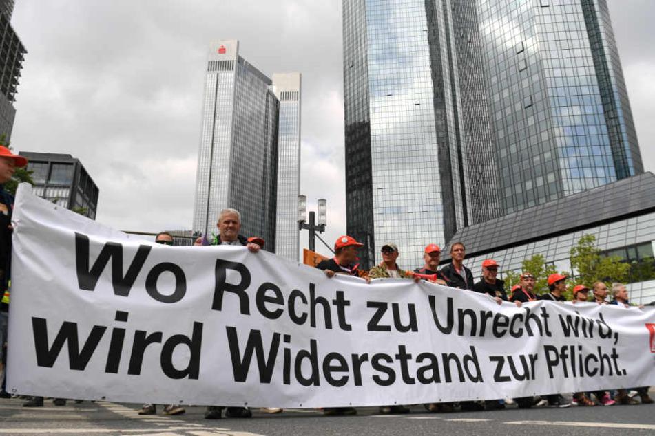 Die rund 2200 Beschäftigten in Saarbrücken und Leipzig streiken seit dem 14. Juni für höhere Abfindungen und Beschäftigungsgesellschaften im Fall von Entlassungen.
