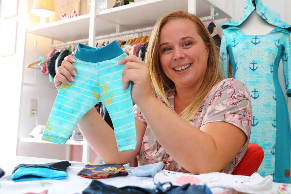 Weil es für die kleinen Früchten kaum etwas Passendes zu kaufen gibt, stellt Sandra Geisler in ihrem Nähstübchen Kleidung für die Kleinsten her.