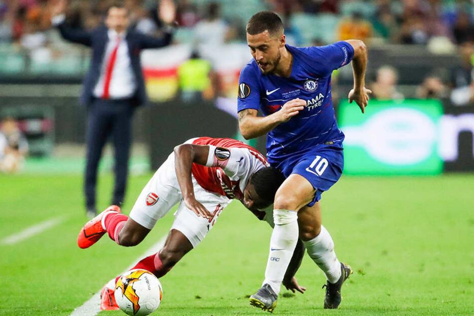 Chelseas Eden Hazard (r.) bereitete das 2:0 vor, erzielte das 3:0 und 4:1 selbst. Hier hat Arsenals Ainsley Maitland-Niles seine Probleme mit dem flinken Flügelflitzer.
