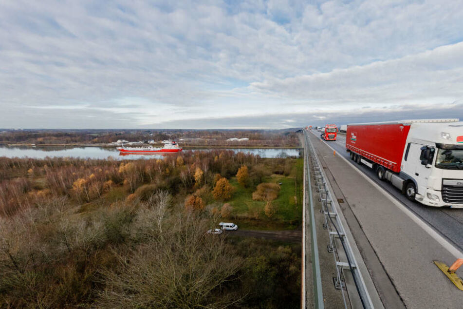 Die Rader Hochbrücke führt über den Nord-Ostsee-Kanal und muss neu gebaut werden.