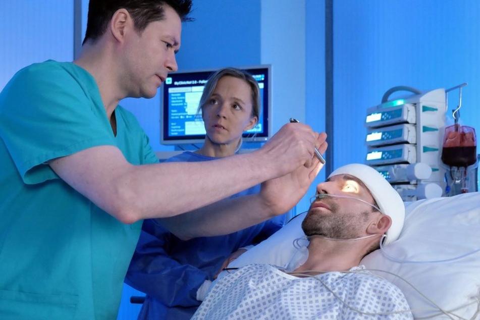 Lutz Kleinschmidt (r.) ist nach seiner OP nicht ansprechbar. Ist nach der Entfernung seiner Bandwurmzyste im Hirn das umliegende Gewebe geschädigt worden?