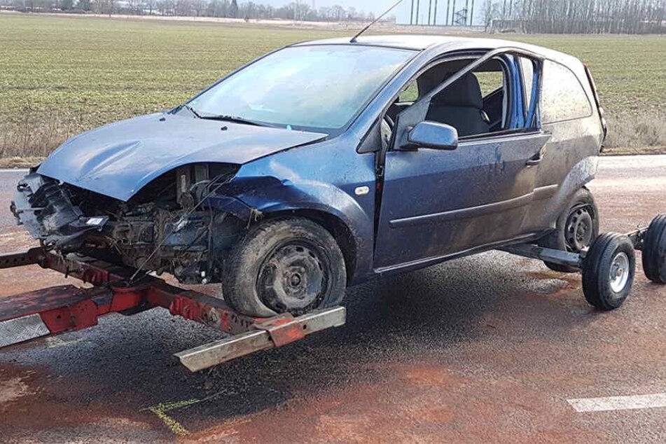 Glatteis! Autofahrer wird aus Ford geschleudert und stirbt auf Feld
