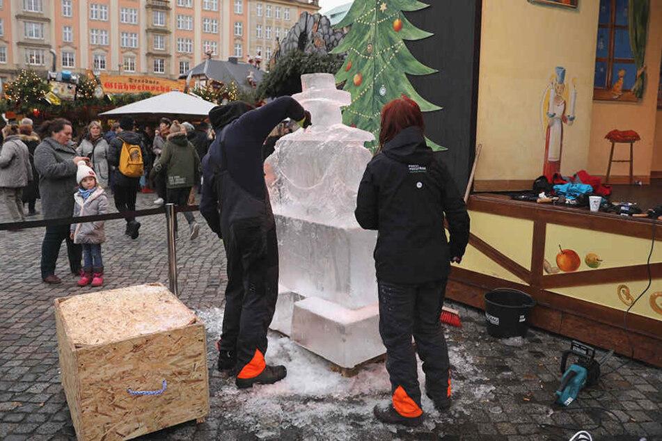 """Die Künstler der """"Eiswelt Dresden"""" schnitzen noch bis 23 Uhr Skulpturen aus Eis."""