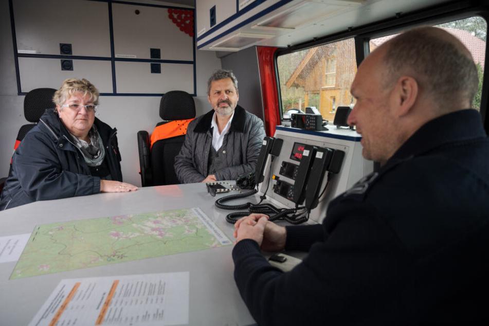 Berieten sich vor dem Haus des toten Bernhard Graumann (v.l.n.r.): Monika Rettig (SPD, Ortsbürgermeisterin Mehlingen), Andreas Alter (SPD, Verbandsbürgermeister von Enkenbach-Alsenborn) und Feuerwehrmann Heiko Becker.