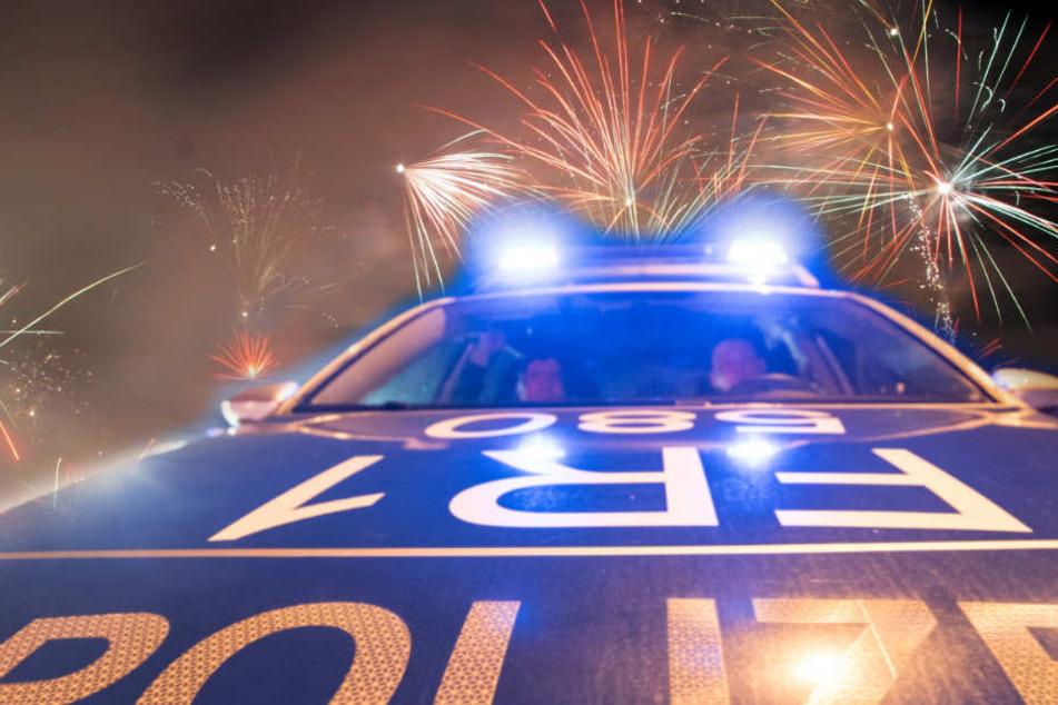 Nachdem er in die Gruppe geschossen hatte, feuerte der 18-Jährige auf den Streifenwagen. (Fotomontage/Symbolbild)