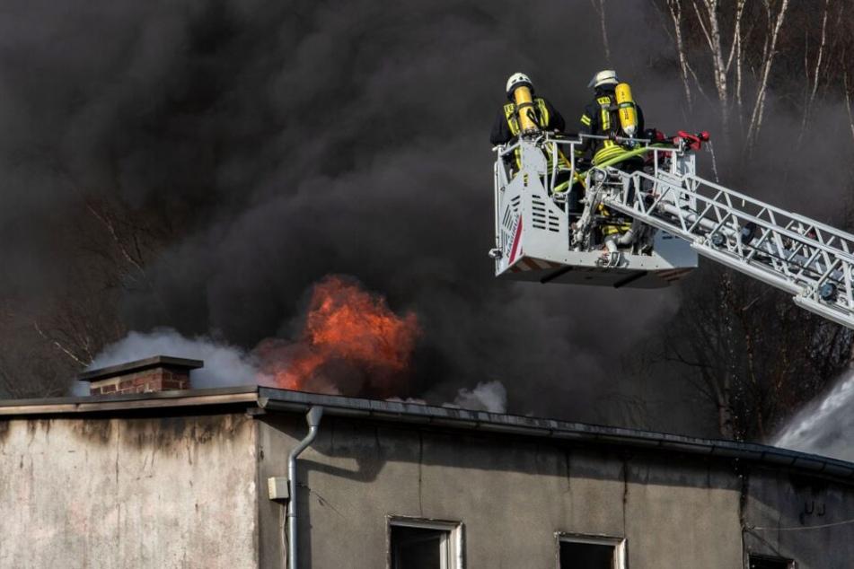 Die Feuerwehr kämpften gegen das Feuer und eine riesige Rauchwolke an.