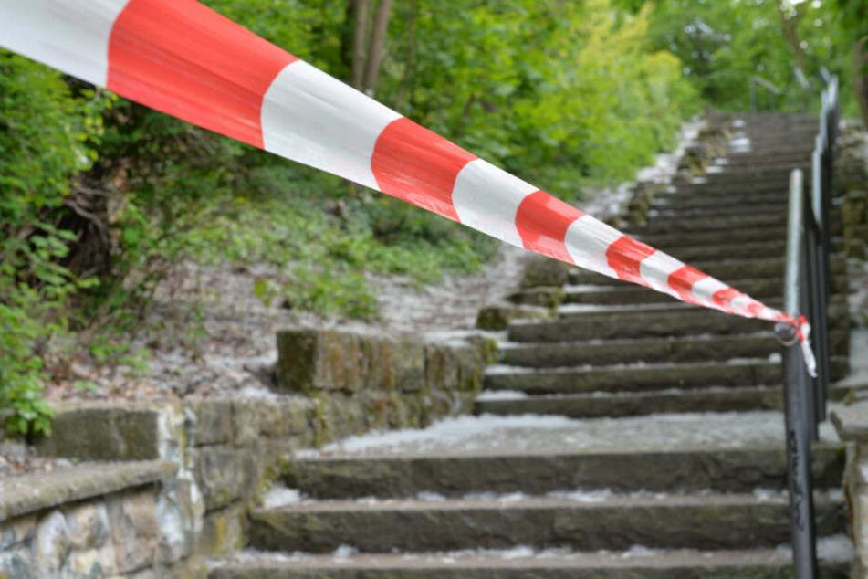 Ein Absperrband sichert den Bereich im Volkspark Frierdrichshain.