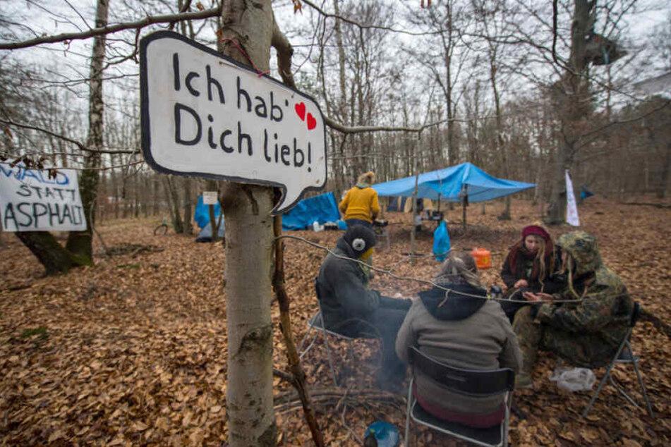 Die Öko-Aktivisten trotzen auf ihrer Mission Wind und Wetter.