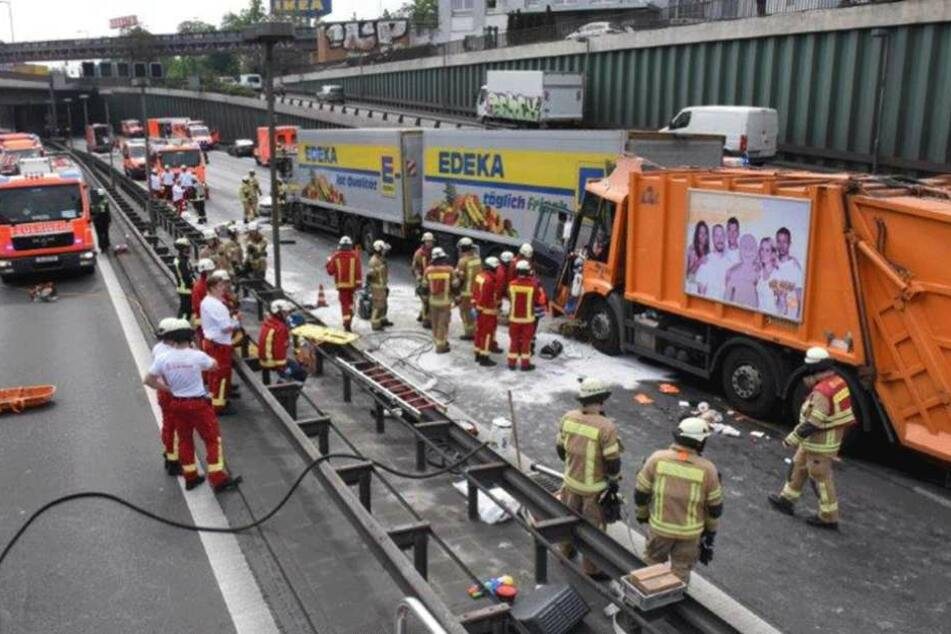 Ein Großaufgebot an Rettungskräften ist vor Ort.