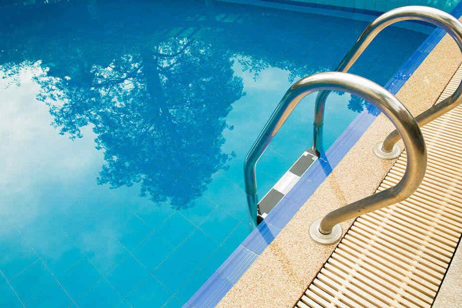 Kleinkind fällt in Swimmingpool