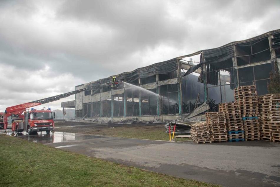 Großbrand in Lagerhalle in Oederan: Einsatzkräfte noch immer vor Ort