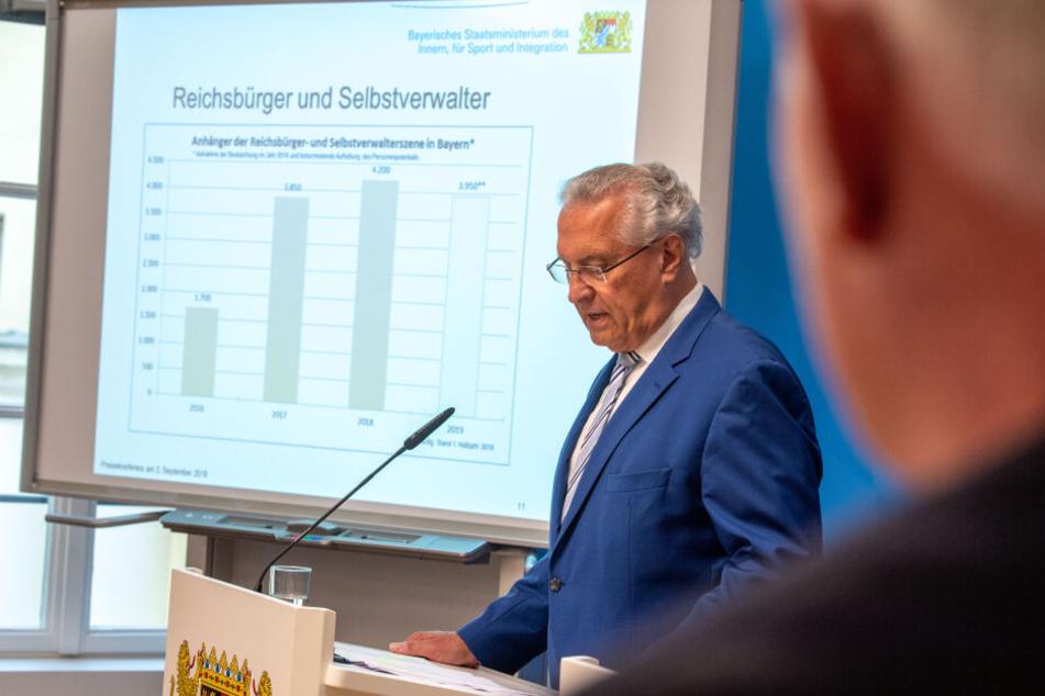 Joachim Herrmann (CSU), Innenminister von Bayern, vor einer Darstellung zu Reichsbürgern in Bayern.