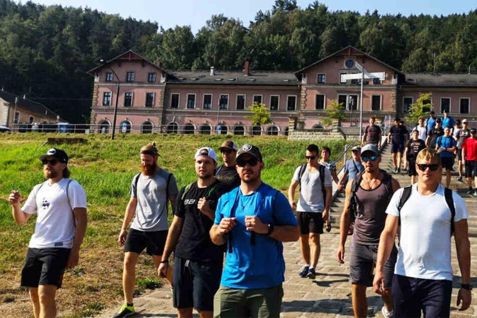 Gegen 8.30 Uhr waren die Eislöwen im Wanderparadies Sächsische Schweiz angekommen und musste mit der Fähre übersetzen.