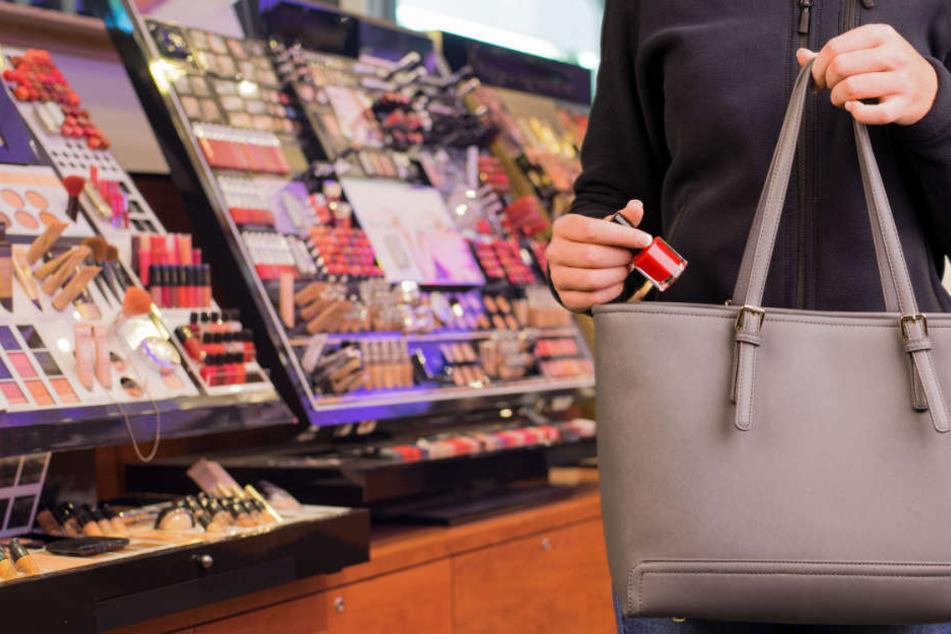 Ein Ladendetektiv erwischte die 16-Jährige, nachdem sie sich Handtasche und Jacke vollgestopft hatte. (Symbolbild)