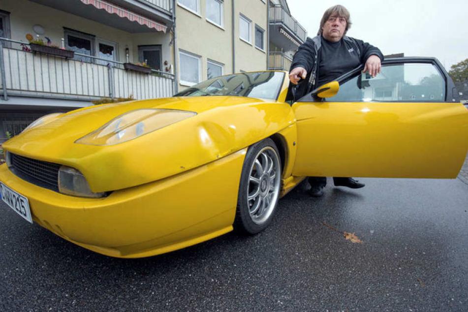 Wolfgang Weihe (50) ärgert sich über die Delle in seinem Fiat Coupé.