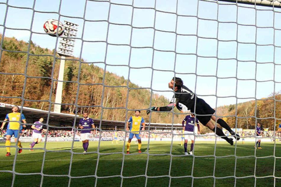 Das bittere 1:2 im letzten Heimspiel gegen Braunschweig: Der Ball springt von der Latte an den Rücken von Martin Männel und geht rein.