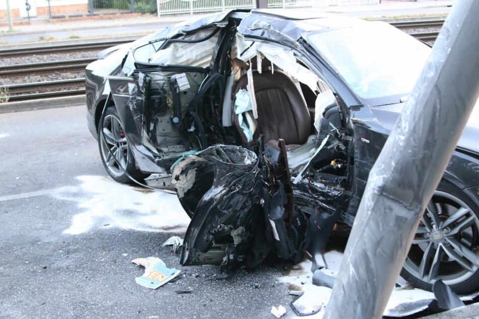 Die Feuerwehr musste den Beifahrer aus dem Wrack herausschneiden.